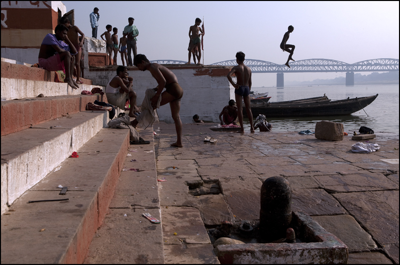 Diving. Varanasi. Uttar Pradesh
